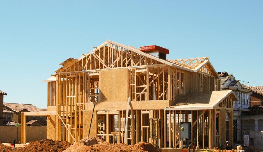 casa en construcción con madera